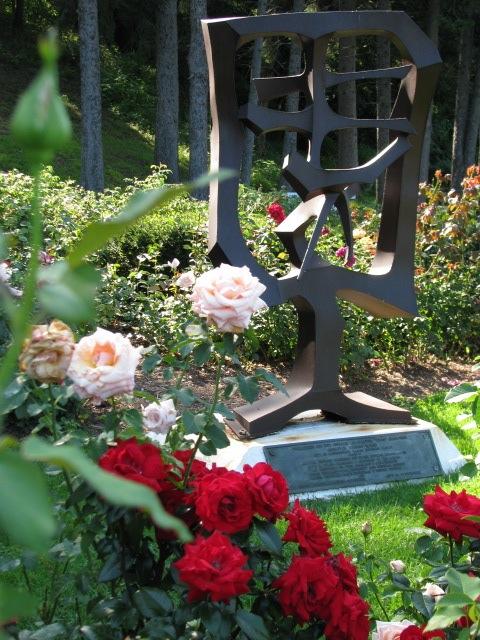 candid shot of Yuan sculpture - Schenectady Rose Garden 03Aug09