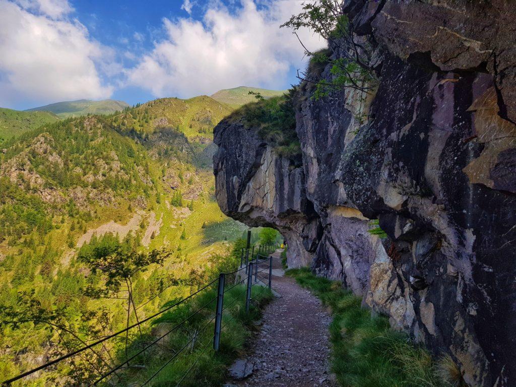 Sentiero 411 scavato nella roccia