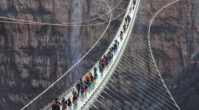 Chiêm ngưỡng hình ảnh kỳ vĩ của cầu kính dài nhất thế giới