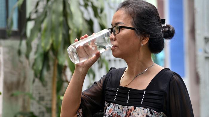 Uống nhiều nước có thể thải độc? - Ảnh 1.