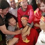 Mẹ trung vệ Tiến Dũng ngất xỉu sau bàn gỡ hòa của Quang Hải