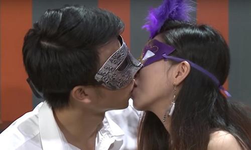 Game show hẹn hò bị điều tra vì ôm hôn phản cảm