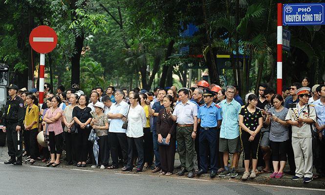 Lễ tang Chủ tịch nước Trần Đại Quang: Hình ảnh người dân tiễn đưa - Ảnh 1.