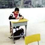 Bố mẹ xót xa khi con trai ung thư bị ngồi riêng trong lớp