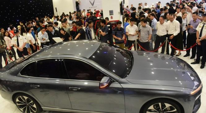 Hàng ngàn khách vây kín xem xe VinFast ở Sài Gòn