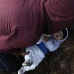 """Bố """"luồn"""" con 8 tháng tuổi qua lỗ đào vội dưới tường biên giới để sang nước Mỹ"""