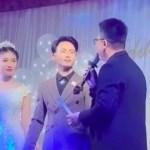 Đi dự đám cưới học trò, thầy giáo mang đến món quà đặc biệt khiến ai cũng xúc động, ngưỡng mộ tình yêu của đôi trẻ