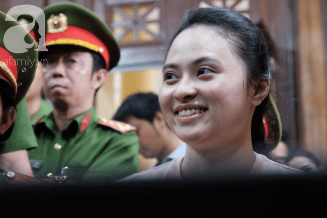 Ảnh: Hot girl Ngọc Miu và Văn Kính Dương cười tươi khi tòa trả hồ sơ, người nhà bật khóc cố níu xe chở phạm nhân