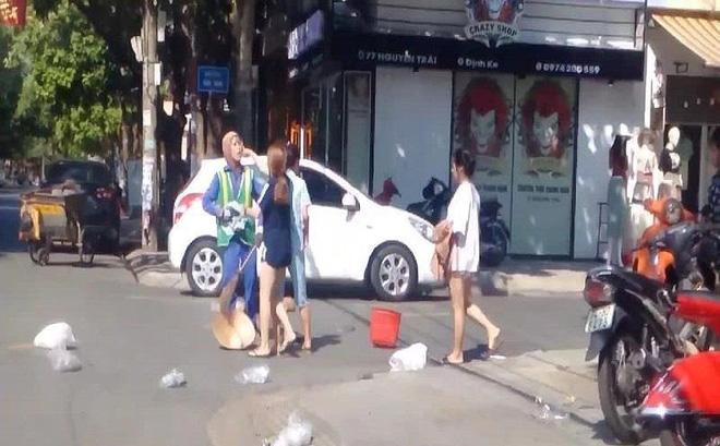 Chị lao công bị chủ shop thời trang lăng mạ, hành hung: