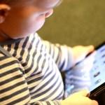 """Trẻ suốt ngày """"dán mắt"""" vào màn hình tivi, điện thoại có thể phải đối mặt thêm với nguy cơ khôn lường này, cha mẹ hãy hết sức lưu tâm"""