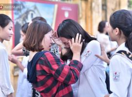 Hàng loạt thí sinh và phụ huynh ôm nhau bật khóc nức nở ngoài cổng trường thi vì không làm được bài