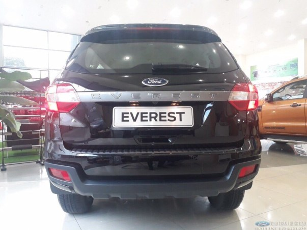Ford Everest Ambient 2020 màu đen giao ngay