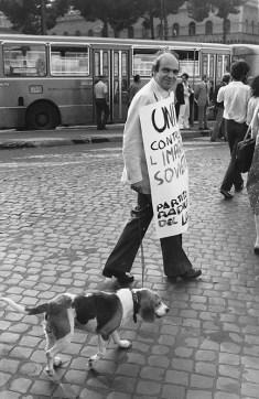 Roma 19.07.1980. Gianfranco con il suo cane Melody a una manifestazione a favore dell'Afghanistan