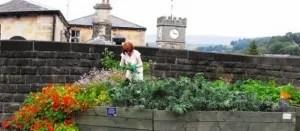 Todmorden, in Inghilterra: un'abitante coltiva un pezzo di suolo pubblico.