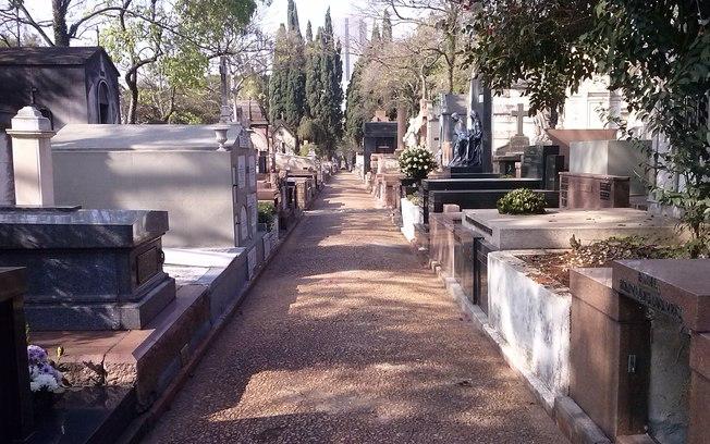 No Cemitério 10