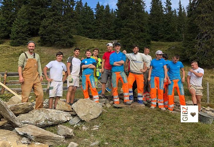 """""""Wir sind dann mal weg"""" – die GIBZ-Maurer sind diese Woche in Tenna am Wiederaufbau einer Trockenmauer"""