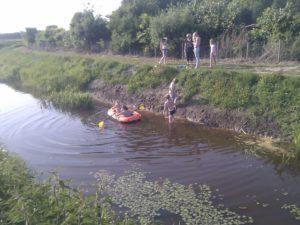 Varen mert de boot in het zwembad.