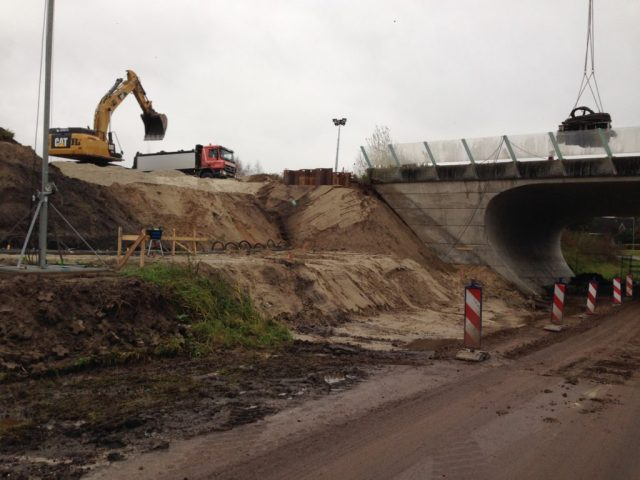 Er wordt druk gegraven op de plaats waar de verlenging van de tunnel moet komen.
