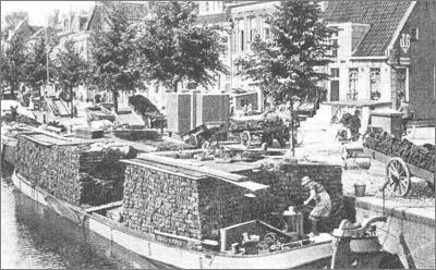 Schepen geladen met turven in het Schuitendiep. Dit is waarschijnlijk een swabbe. Bron: vaartips.nl
