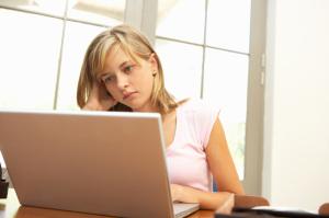 worried-girl-computer