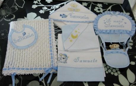 Set corredino per nascita - Copertina, lenzuolino, accappatoio, bavetta e fiocco nascita per Samuele
