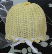 Cuffia cappello bianca e gialla all'uncinetto per neonato