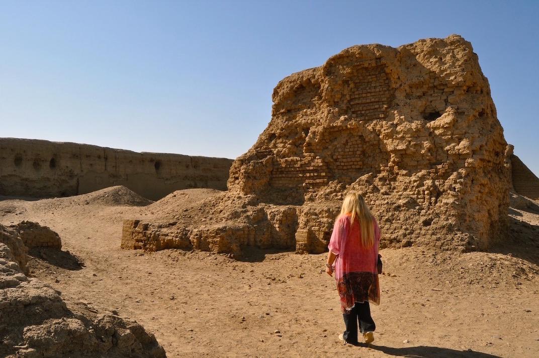 Gigal entrant sur le site d'Hierakonpolis