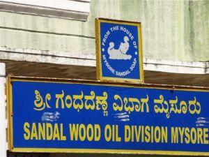 Das Schild von der Sandelholzölfabrik!