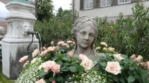 Von Rosen umgeben...