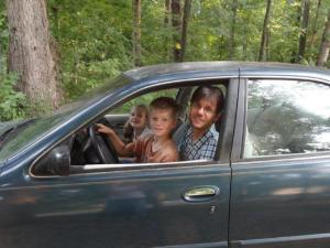Mit einem alten Auto, konnten wir uns auf dem Campus etwas schneller fortbewegen... und die Kinder hatten immer wieder mal ihren turn zum Fahren...