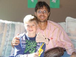 Alexander erhält von Papa noch ein nachträgliches Geburtstagsgeschenk! Eine Axt... er kann kaum warten sie richtig gebrauchen zu können...