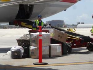 In Mimami konnten wir sehen wie unser Gepäck aus dem Bauch des Fliegers kam...