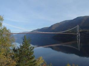 Claudio ist so begeistert von dieser Brücke... ein Glück kostet es nicht wenn man nur darüber spaziert!