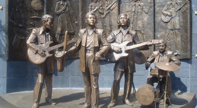 Monument_of_'Dos_Mukasan'_music_band_in_Pavlodar;_памятник_группе_-Дос_Мукасан-_в_Павлодаре,_скульптор_Сергебаев_Ескен