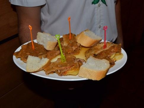 Montados de jam+¦n asado sobre patata panadera