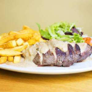 Best steak in Barcelona at Gilda by Belgious: Belgian steak, salad and blue cheese sauce.