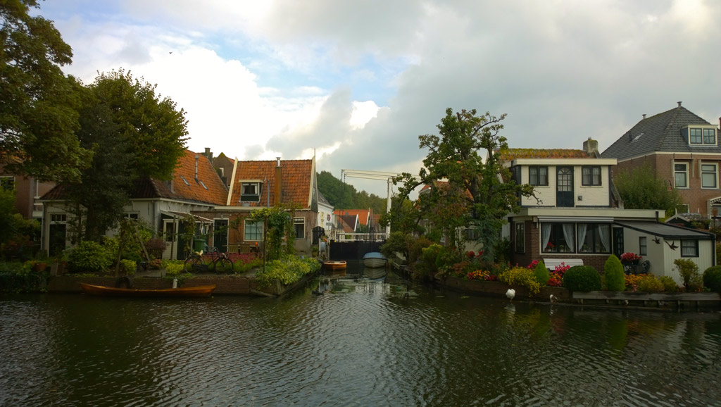 Edam, within 100 yards of starting a random walk-about we came across this lovely canal...