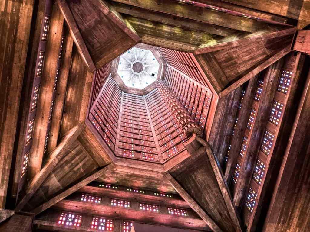 Le corps de la tour lanterne de Saint Joseph avec les magnifiques vitraux de Marguerite Huré