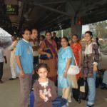 Hiren's Familie auf den Bahnhof in Mumbai