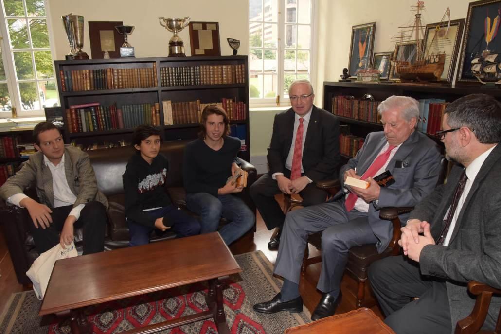 Los estudiantes comparten con el Premio Nobel de Literatura.