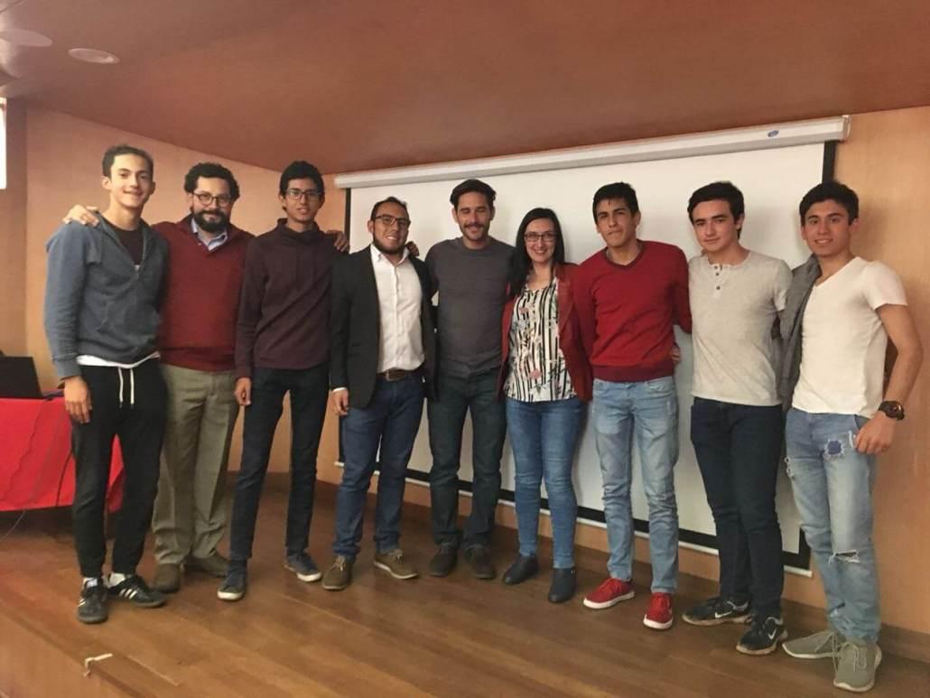 Javier Santaolalla y estudiantes Gimnasianos