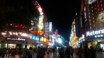Kinezi se jako brinu o svom imidžu i zato obožavaju kič, žarke boje, jaka svjetla i puno glazbe