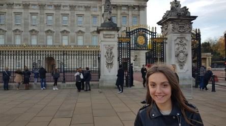 Buckinghamska palača sagrađena 1703., simbol i dom britanske monarhije, ujedno i poznata turistička atrakcija.