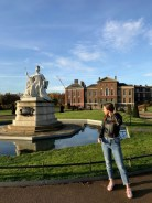 Kensington Palace. Palača izgrađena u 17. stoljeću, u njoj je rođena kraljica Viktorija i u njoj je živjela princeza Diana. Dio palače otvoren je za javnost, a veći je dio i dan-danas dom kraljevskoj obitelji.