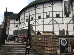 The Globe. Bilo je omiljeno mjesto okupljanja naroda, običnog puka. Originalno kazalište izgradila je Shakespeareova glumačka družina 1599. Kazalište je uništeno u požaru 1613. i rekonstruirano 1977. Zgrada ima oblik kružnice, a pozornica se nalazila u sredini.
