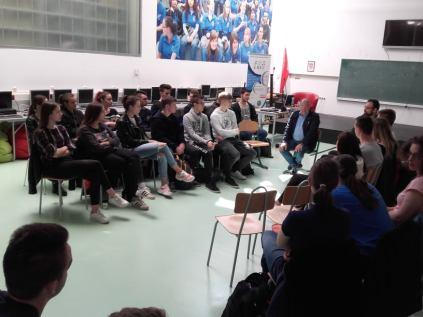 Gimnazijalci u razgovoru s gospodinom Josipom Juratovićem