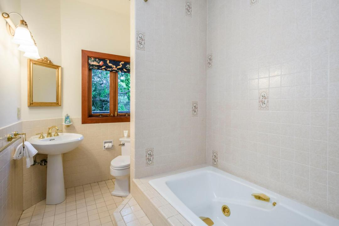 133 Ridgeway Rd Hillsborough-large-020-9-Bathroom-1500x1000-72dpi