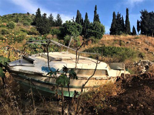 סירה בכניסה לבוסתן כיאט