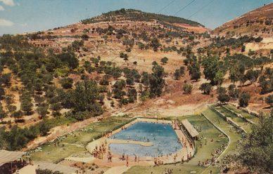 בריכת השחיה בעמק התכלת, גלויה מימי הזוהר של צפת בתחילת שנות ה60