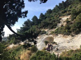 עין משוטטים - קבוצת תלמידות במערת הנזירים שמעל המעין